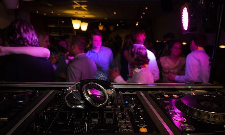 Se gostam de dançar ou ouvir música, leve a sua namorada ao vosso bar preferido e combine com o DJ passar a vossa música de eleição. Nesse momento, pegue no microfone e faça o pedido.