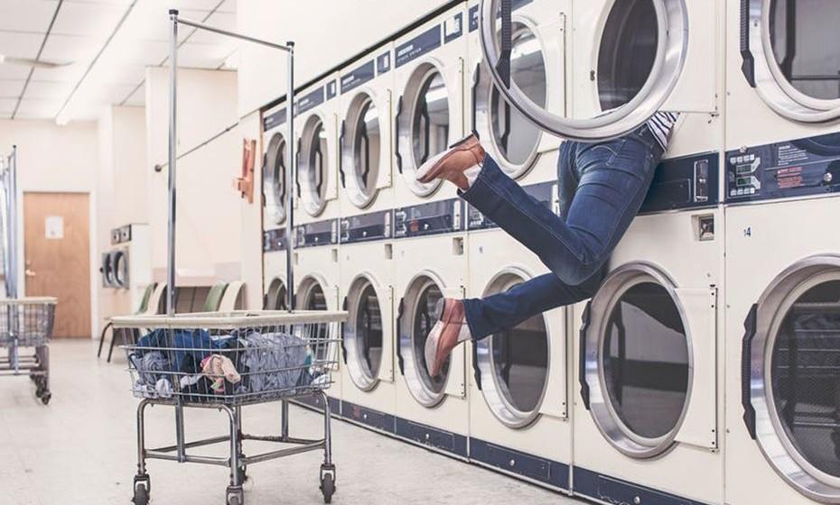Proceda à lavagem da roupa. Não se esqueça de escolher o detergente certo para o tipo de roupa, para conseguir uma lavagem em boas condições. Há que assegurar uma limpeza profunda dos tecidos, pois uma pequena nódoa mal removida ou outro tipo de sujidade pode tornar-se num problema – evoluir para uma mancha amarelada de que nunca mais se conseguirá ver livre ou até atrair as traças durante os meses em que a peça está guardada.