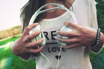 O despertador está longe de ser o ruído mais insuportável que ouve durante o dia. É apenas o primeiro e ainda nem sequer saiu de casa! Neste início de semana, fique com uma lista de ruídos que nos acompanham ao longo do dia. Tome nota: o som começa a ser lesivo a partir dos 80 decibéis (dB)!