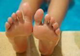 O calor está aí e os pés vão começar a aparecer. Mas eis que surge 'aquele' problema! Os calos e as calosidades são uma defesa do organismo a uma pressão excessiva sobre a pele. Para trata-los, existem alguma dicas recomendadas por dermatologistas. Veja na galeria.