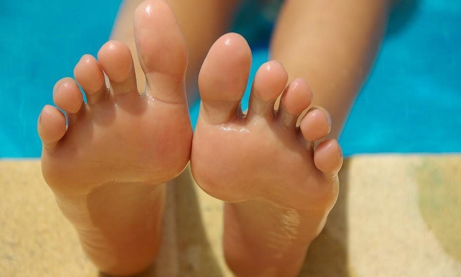 O calor está aí e os pés vão começar a aparecer. Mas eis que surge 'aquele' problema! Os calos e as calosidades são uma defesa do organismo a uma pressão excessiva sobre a pele. Para tratá-los, existem alguma dicas recomendadas por dermatologistas. Veja na galeria.