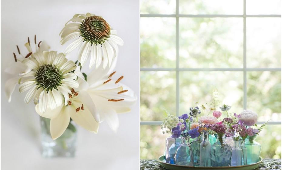 Aproveite frascos de perfume que tem em casa, retire os rótulos para dar um toque mais limpo e sofisticado e transforme-os em pequenas jarras de flores.