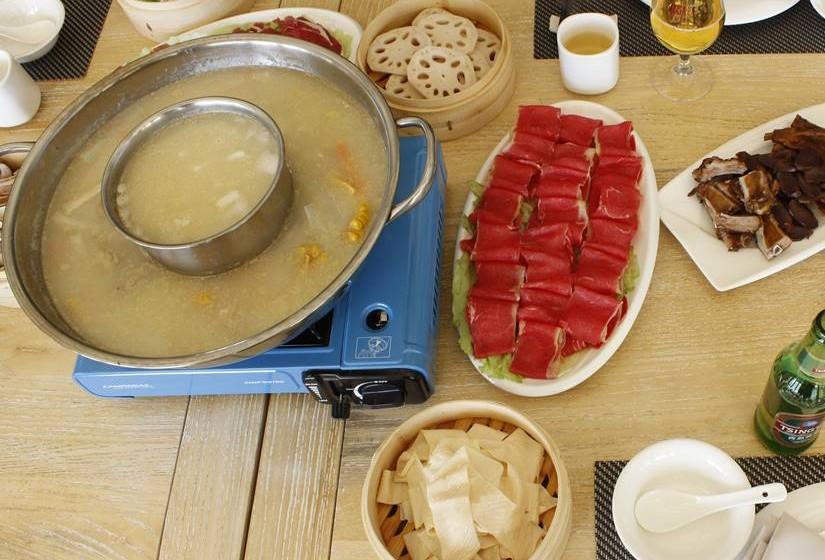 O Hot  Pot  é composto por vários ingredientes que vão sendo cozinhados  no caldo