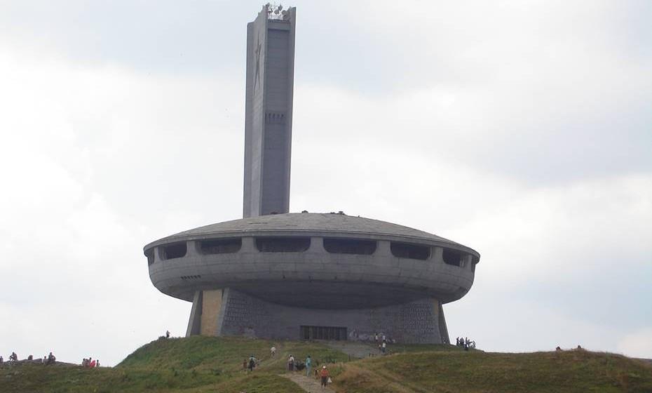 """O monumento de Buzludzha, Cordilheira dos Balcãs, Bulgária – Foi construído no cume das mon-tanhas dos Balcãs, em 1981, e marca o local da última batalha entre os rebeldes búlgaros e o Im-pério Otomano, em 1868. Mais tarde, em 1891, a zona tornou-se berço do primeiro partido soci-al-democrata dos Balcãs. Desde o fim do regime comunista em 1989, a antiga sede, outrora prós-pera, tornou-se um importante, mas mal mantido, monumento ao passado. Oficialmente, as portas de entrada estão fechadas, mas se seguir o grafiti onde se lê """"Forget Your Past"""" pintado na lateral da cúpula, é possível chegar a uma pequena porta que dá acesso ao interior."""