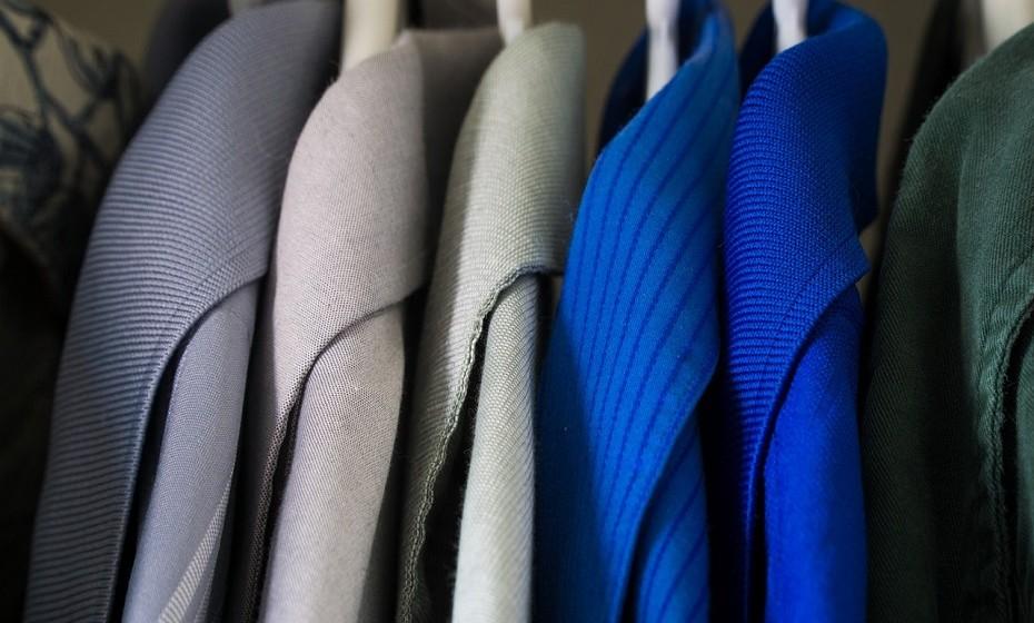 Organizar os seus armários é o primeiro passo para organizar o resto da casa. Livre-se das roupas e dos acessórios que já não usa ou de que não precisa para esta estação e organize o resto de forma a facilitar a escolha do outfit de manhã.