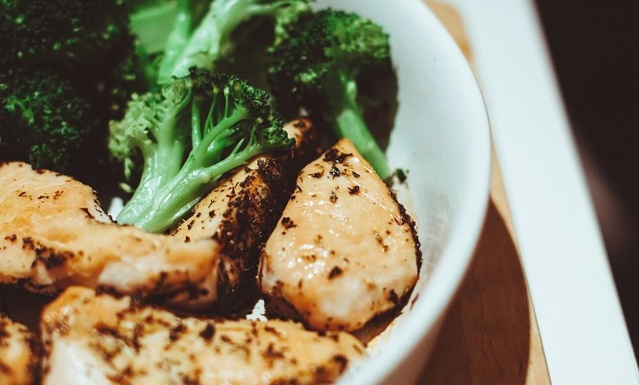 Ter uma boa alimentação é essencial. Opte por proteínas magras e acompanhamentos com baixo índice de gordura e ricos em fibras.