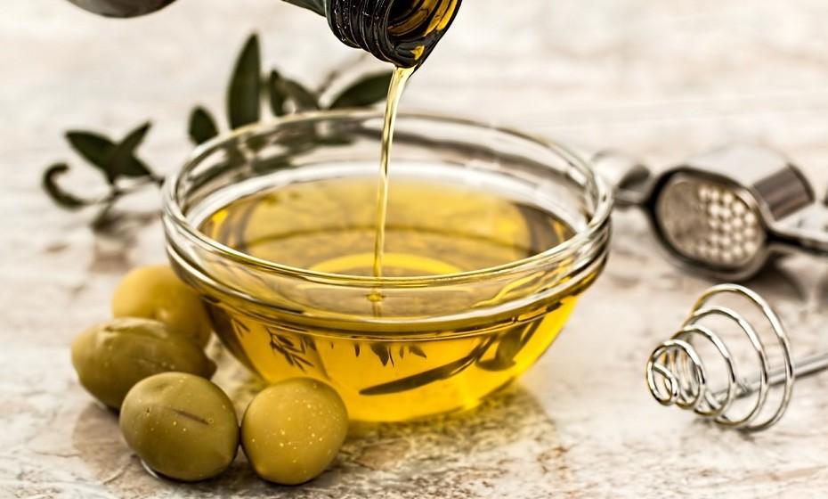Azeite virgem extra é uma das gorduras mais saudáveis do planeta. Tem propriedades anti-inflamatórias fortes que podem proteger a elasticidade da pele e diminuir o risco de danos provocados pelo sol.