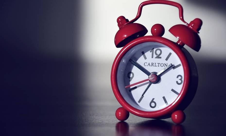 07h30 – Está tranquilamente a dormir e o despertador toca (65-80 dB).