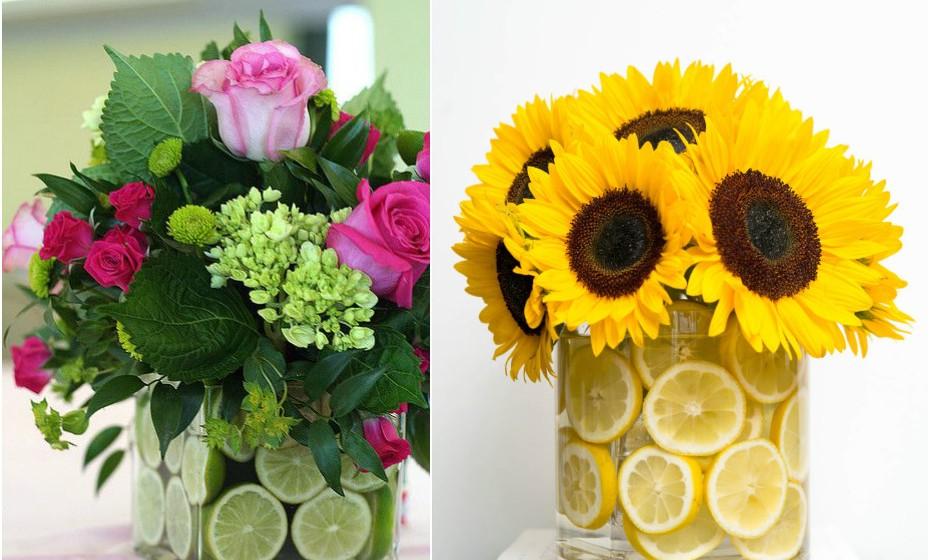 Encontre um vaso que encaixe dentro de um outro vaso de forma a que haja, pelo menos, 'um dedo' de espaço entre eles. Preencha esse espaço com água e coloque rodelas com limão. Depois, escolha as flores que mais gosta e coloque no vaso central. Este truque dá um toque fresco e colorido à sua casa.