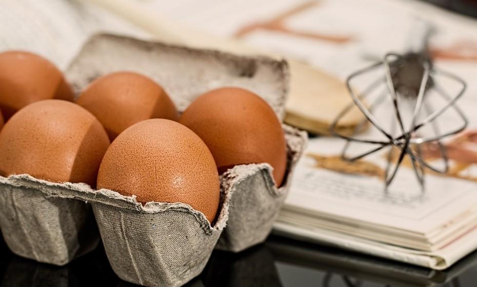 Ovos: São extremamente ricos em colesterol. Algumas pessoas evitam comer a gema devido a um medo equivocado do colesterol. No entanto, é a gema que fornece a maioria dos nutrientes, enquanto a clara é, essencialmente, proteína.