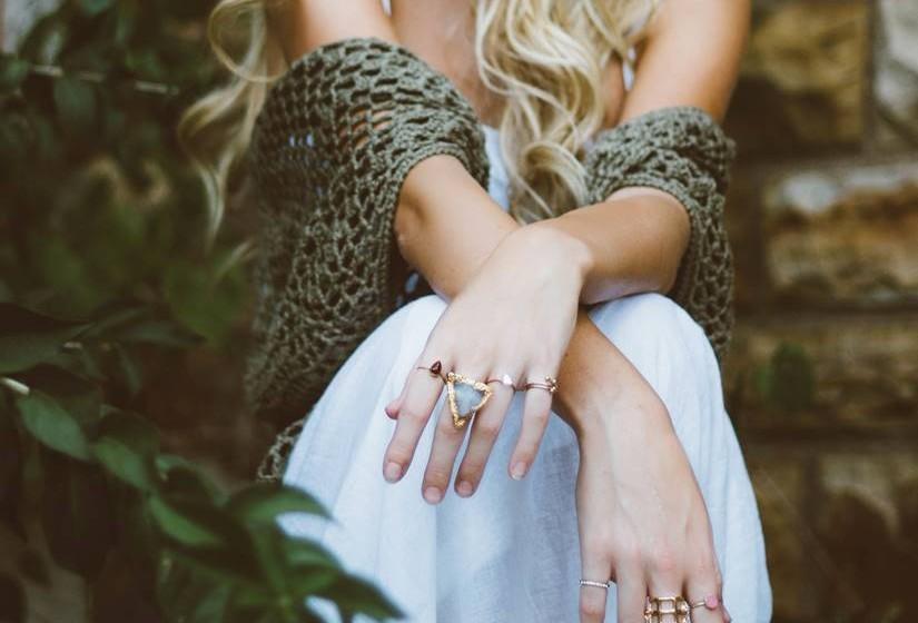 Outra das razões é a temperatura e o vestuário. Com o aumento da temperatura apro-veita-se mais a vida no exterior, sendo o vestuário mais ligeiro e menos aborrecido. Mos-trar mais a sensualidade dos corpos sem dúvida influencia a libido, fazendo disparar os instintos sexuais mais adormecidos durante o inverno. Deixar correr a imaginação com um vestuário mais ligeiro é obra do efeito hormonal da Primavera.