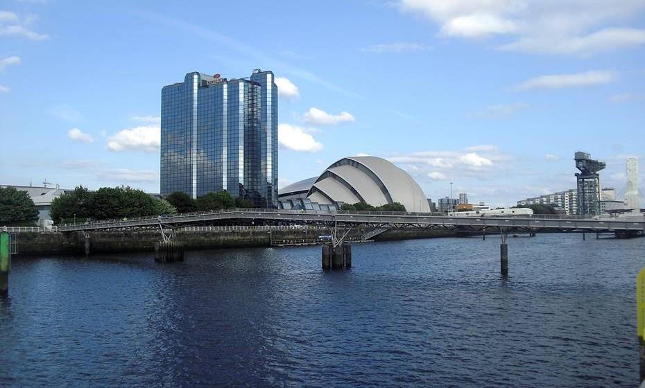 Glasgow, Escócia - Glasgow é conhecida pela sua simpatia e combina uma forte herança pro-letária com o hedonismo moderno entre os edifícios típicos do período Vitoriano e dos res-taurados armazéns do século XVIII. Visite o famoso mercado de Barras, coma frutos do mar na Cidade do Comércio e descubra as homenagens Art Nouveau presentes em toda a cidade. E se o dia estiver muito frio ou chuvoso, aproveite para visitar os museus ecléticos da cidade (muitos deles de entrada gratuita) ou para beber um uísque num dos muitos bares locais, com música ao vivo e com a contagiosa personalidade Escocesa.