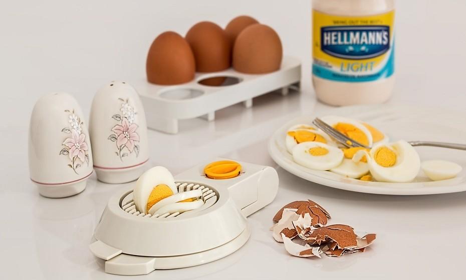 Em vez de ingerir grandes quantidades de açúcar e hidratos de carbono antes de dormir, opte por proteína. Algo como um ovo cozido ou nozes.