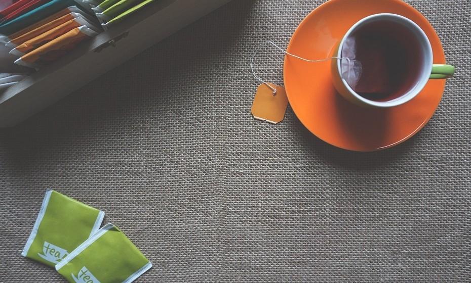 Chá verde tem fortes propriedades antioxidantes que protegem o colagénio da pele dos danos solares e pode reduzir os sinais de envelhecimento.