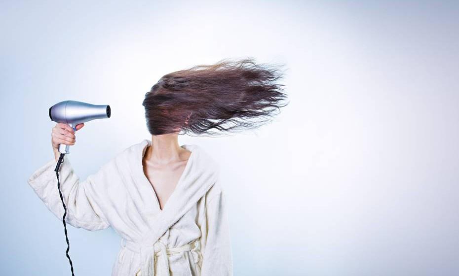 07h45 – Depois do banho, segue-se o contacto com objetos comumente utilizados durante a higiene matinal: o secador de cabelo (65-95 dB), no caso das mulheres, e a máquina de barbear elétrica (50-80 dB), no caso dos homens.