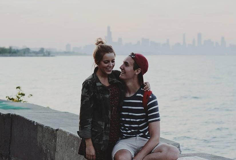 Sem dúvida, o terceiro elemento que faz crescer a vontade de sexo na população se deve a questões de aroma e de hormonas. A temperatura faz com que os perfumes intensos se conservem durante mais tempo e que se misturem com a maior secreção de feromo-nas produzidas nesta época do ano. Este cocktail influencia decisivamente o estado de espírito e o interesse por relacionar-se com outras pessoas, aumentando o desejo de forma exponencial quando a oxitocina ou a dopamina também marcam presença. Pode-se dizer que a influência do aroma no incremento do desejo sexual é inerente à questão hormonal.