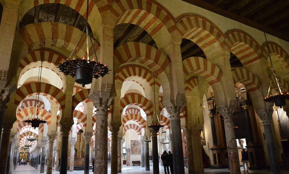 Córdoba, Espanha - Os antigos bairros judeus e muçulmanos são um emaranhado de ruas sinuosas e estreitas. Outrora o maior e mais importante centro cultural da Europa, esta cida-de anciã mantém a sua fascinante mística mourisca. A incontornável pérola da cidade é a Mesquita de Córdoba, um testamento do seu ilustre e sofisticado passado. Para conseguir um sabor da Andaluzia moderna (e da sua deliciosa gastronomia), visite a Plaza de las Tendil-las ou as belas margens do rio Guadalquivir.