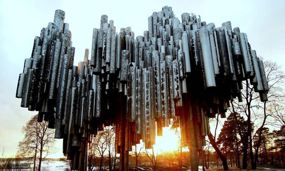 Monumento a Sibelius, Helsínquia, Finlândia - Além de um parque nacional em seu nome, o fa-moso, já falecido, compositor finlandês Jean Sibelius mereceu ainda a homenagem desta im-pressionante estrutura de ferro. Projetado pela conterrânea Eila Hiltunen, o tributo é feito de centenas de tubos de ferro soldados em forma de onda. Quando o monocromático monumento foi desvendado ao público no parque Sibelius em 1967, suscitou polémica a nível nacional num debate centrado em torno dos benefícios da arte abstrata. De tal forma se discutiu o problema que uma efígie prateada do rosto de Sibelius acabou por ser acrescentada à escultura.