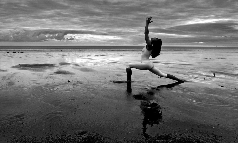 Paralelamente a uma alimentação saudável, pratique exercício físico. Yoga é uma das melhores opções para as mulheres que aspiram aumentar os níveis de estrogénio.