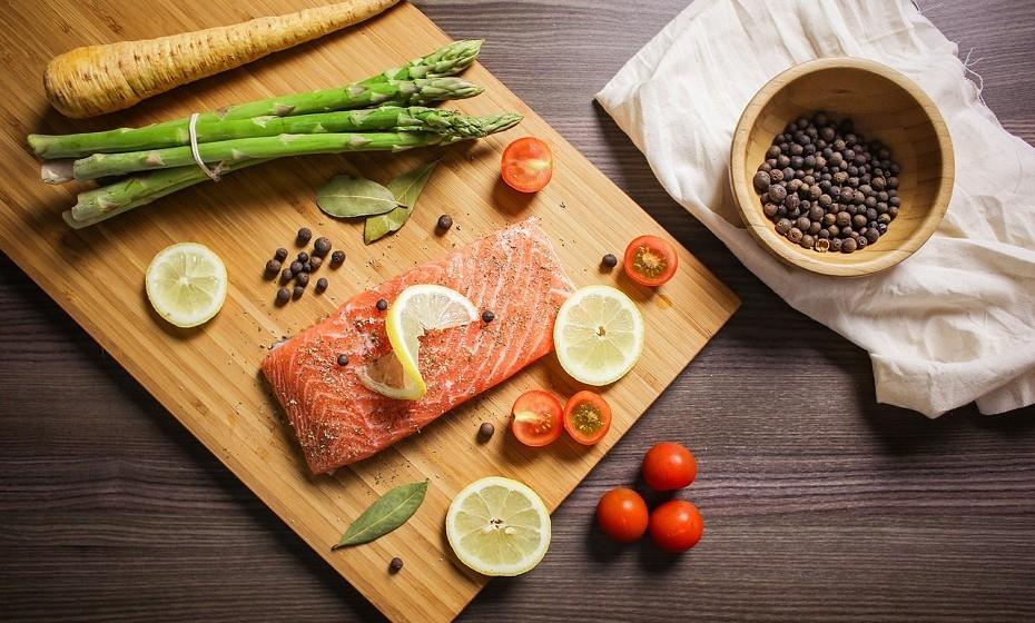 Os peixes gordos podem oferecer proteção contra os danos da pele que ocorrem em resposta à exposição do sol. A astaxantina presente no salmão também pode melhorar a elasticidade da pele e hidratação.