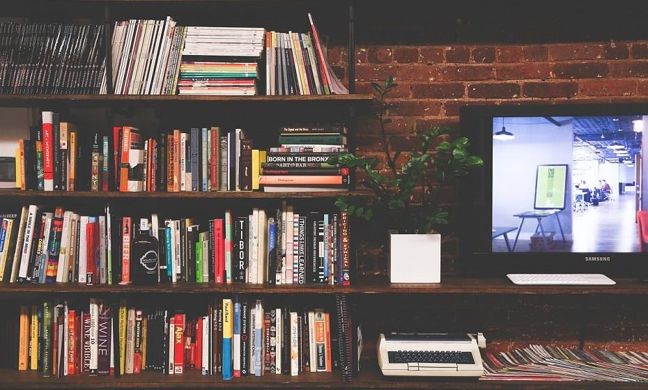 Reorganize as prateleiras de livros. Organize por assunto, por tamanho ou por cores, aquilo que lhe aprouver. Coloque os seus livros na posição horizontal e vertical para acabar com monotonia das linhas verticais.