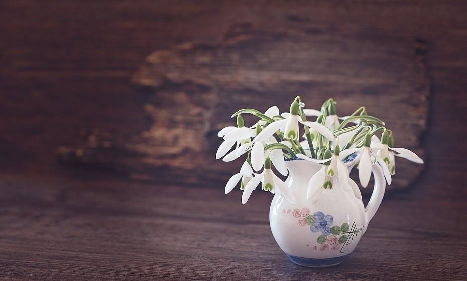 Não deite fora as flores com caules mais curtos. Junte todos os caules pequenos e prenda com um elástico ou com um fio para que não se separem. Coloque numa chávena bonita e está pronto para decorar qualquer divisão da sua casa.