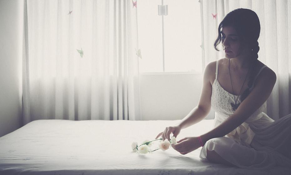 Deixar as janelas do quarto abertas durante os dias ventosos de primavera pode fazer com que o pólen passe para a cama. No entanto, o pólen não é a sua maior preocupação quando se trata de alergénios na cama: os ácaros são mais comuns e podem causar espirros, tosse e comichão durante o ano todo.