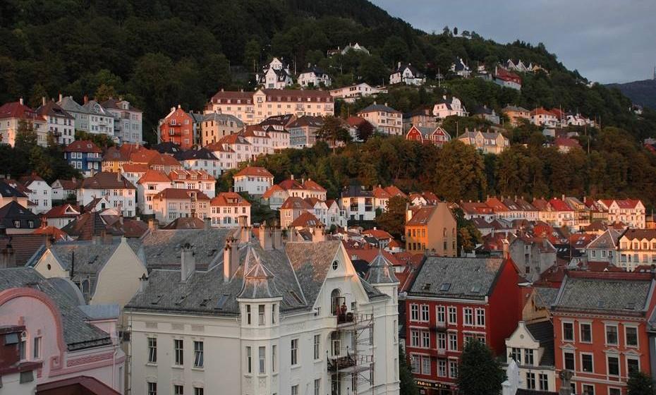Bergen, Noruega - A pura elegância nórdica da cidade velha de Bryggen, é feita de ruas de madeira, encantadoras linhas de edifícios que se inclinam uns sobre os outros e sublimes paisagens de montanhas e vales vertiginosos. Situada entre fiordes e colinas, Bergen é sur-preendentemente vibrante. Pode passar horas a observar os artistas que pintam paisagens marinhas junto à água, enquanto come uma sandes de caranguejo em Fisketorget e se deli-cia com um skillingsboller (bolo de canela) acabado de sair do forno num café acolhedor.