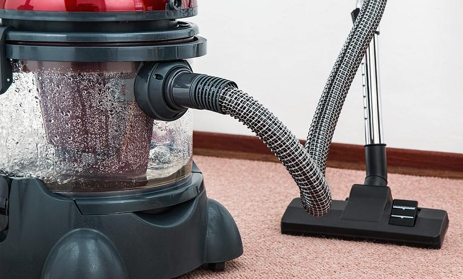 Não se esqueça de fazer uma limpeza mais profunda dos tapetes e das carpetes, devido às poeiras e alergias típicas da estação. Sacuda o tapete na janela e aspire cuidadosamente.