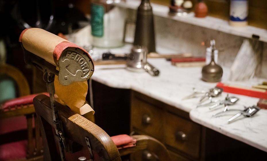 Um cabeleireiro, em Londres, combinou e produziu de forma orgânica o sémen de touro com a raiz de uma planta rica em proteínas (katera) para fazer um tratamento condicionador de cabelo intenso. O procedimento demora cerca de 45 minutos e custa cerca de 90 euros.
