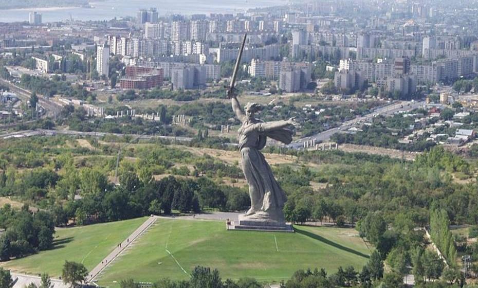 """O chamamento da Mãe Rússia Volgogrado, Rússia - O mais imponente desta lista, este monu-mento russo foi construído em 1967 e ganhou instantaneamente o título não-oficial da """"maior escultura do mundo"""". Firmemente erguida a 52 metros de altura e com uma espada de 33 me-tros de comprimento em punho, a Mãe Rússia é não só a mais alta """"mãe"""" em existência, como simboliza orgulhosamente a épica Batalha de Estalinegrado. Forçada a largar o título – agora man-tido pelo Buda do Templo da Primavera da China – o monumento continua a ser tido como um incrível (e audaz) tesouro nacional."""