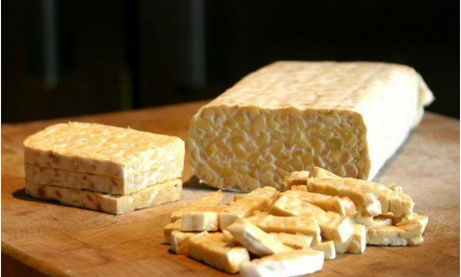 O tempeh é uma alternativa à proteína de origem animal, pois é feita à base de plantas. Tempeh é um produto de soja fermentado. Pense neste produto como uma tela em branco, pois o seu sabor depende do tempero que lhe dá.