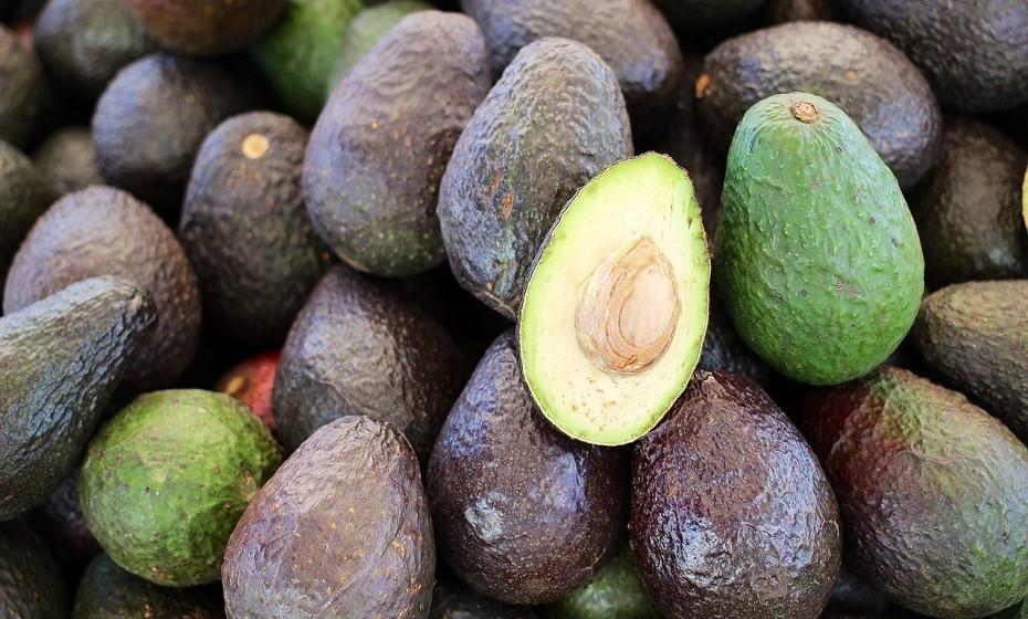 Alimentos ricos em vitaminas do complexo B, como abacate e amêndoas.