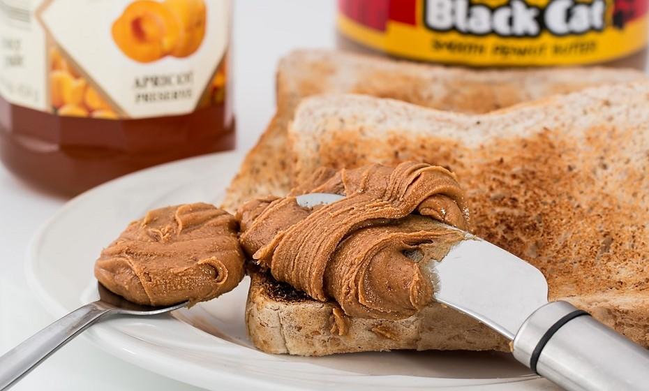 Manteiga de amendoim é uma fantástica fonte de proteínas com baixo colesterol e uma das recentes tendências como ingrediente para colocar no pão. No entanto, cada colher de sopa comporta cerca de 100 calorias e o seu consumo deve ser feito com moderação. Opte por uma que seja 100% ou faça a sua em casa apenas através da trituração dos amendoins.