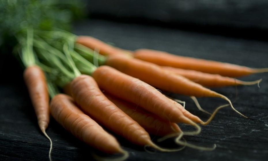 Vegetais fornecem proteção contra o sol e previnem danos radicais para a pele, em parte devido aos seus fortes efeitos antioxidantes. Prefira vegetais rico em caroteno e vitamina C como, por exemplo, cenouras, abóbora, batata-doce, brócolos e espinafres.