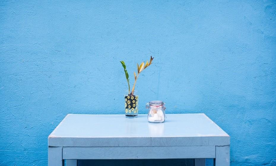 Limpe bem as paredes. Caso a tinta seja lavável, use um pano húmido com um pouco de detergente neutro e remova as manchas mais difíceis.