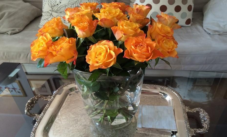 Faça um bouquet de rosas com a técnica do entrecruzamento. Parece complicado, mas na verdade é só 'empilhar' as flores com as hastes para lados opostos até que o topo dê um efeito totalmente preenchido e bonito.