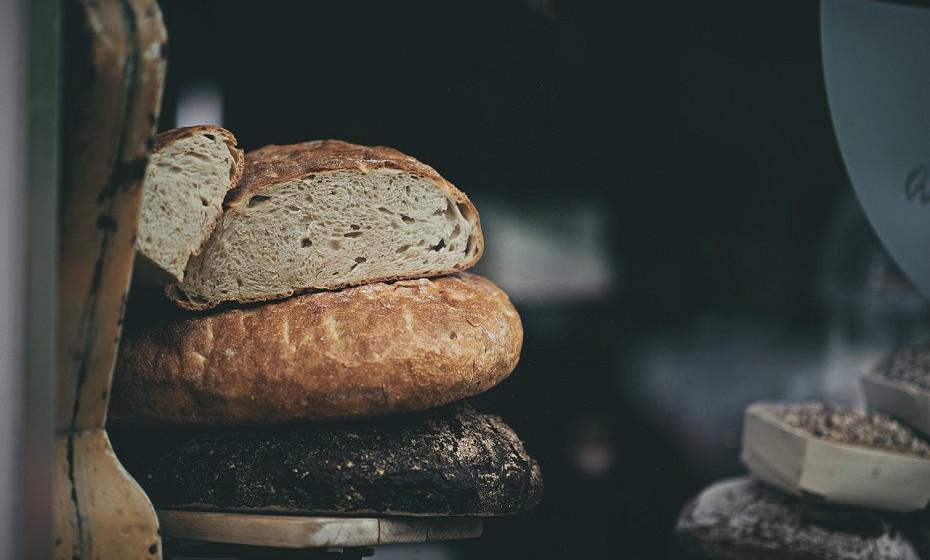 Pão de fermento pode ser encontrado em praticamente todos os supermercados. O amido e os grãos do pão são pré digeridos a partir de bactérias e leveduras, o que torna mais fácil a sua digestão e é uma opção muito mais saudável ao típico pão branco processado. Tenha em atenção que esta não é uma opção sem glúten.