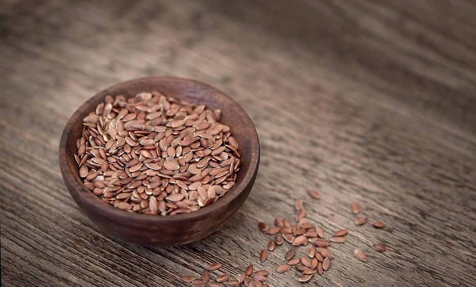 Sementes de linhaça podem reduzir o colesterol, o açúcar no sangue e os níveis de insulina. São uma grande fonte de ómega-3 que protege a pele das radiações solares.