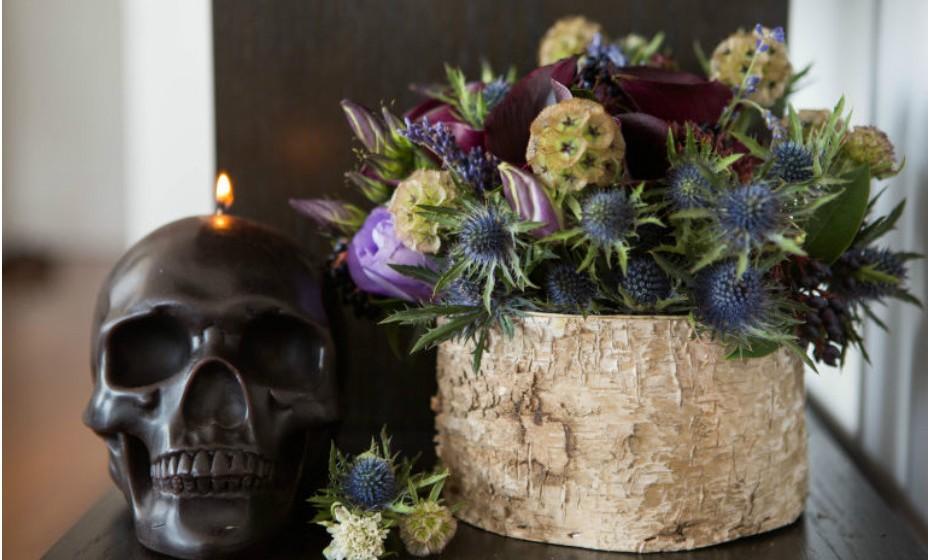 Para criar um arranjo unissexo, isto é, que agrade a todos, experimente utilizar flores mais escuras como, por exemplo, lírios pretos, cardos, etc.