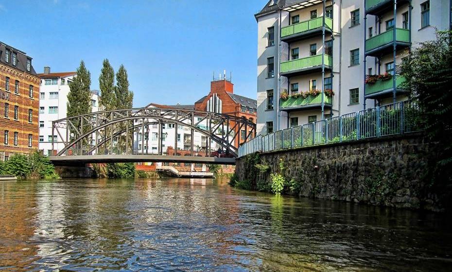 """Leipzig, Alemanha - Mestres como Bach e Wagner, Goethe e Nietzsche viveram nesta cidade, intitulada como """"The Hero City"""" devido ao seu papel crucial na queda do Muro de Berlim. Tem lagos e florestas espalhadas por toda a paisagem urbana, e é dotada de todos os estilos arquitetónicos, desde o barroco ao pós-moderno. Passeie pelos estúdios de artistas na boêmia Baumwollspinnerei, relaxe enquanto bebe uma cerveja e caminhe pelo distrito Mo-ritzbastei ou dance ao som de música techno ao estilo de Berlim até que o sol se ponha."""