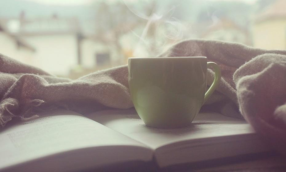 O chá de camomila é um auxílio útil e seguro para quem tem dificuldade em adormecer à noite.