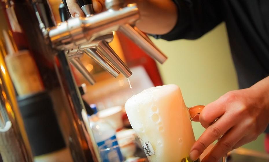 Por toda a Europa Ocidental, várias pessoas tomam banhos de cerveja. Crê-se que o lúpulo e as leveduras desta bebida estão repletas de vitaminas que enriquecem a pele com vitaminas, esfoliam as células mortas da pele e ajudam os poros a expulsar as toxinas.
