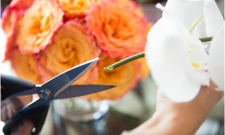 Corte os caules das flores num ângulo de 45 graus do tamanho de uma polegada, a partir do fundo. Desta forma, aumenta a área de superfície para a ingestão da água e mantém as flores bem hidratadas.