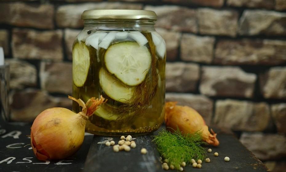 Nem todos os vegetais (pickles) em conserva são fermentados, tenha em atenção esta questão. Pode fazer os seus próprios pickles em casa com pepino, couve-flor, cenouras, etc. Os métodos variam de acordo com o gosto, necessidades dietéticas especiais e do vegetal a ser fermentado.