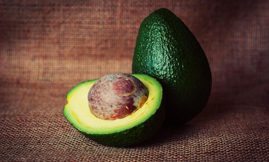 Os abacates são ricos em gordura saudável para o coração, fibras e várias vitaminas e minerais que são essenciais para a saúde e protegem o ADN das células da pele.