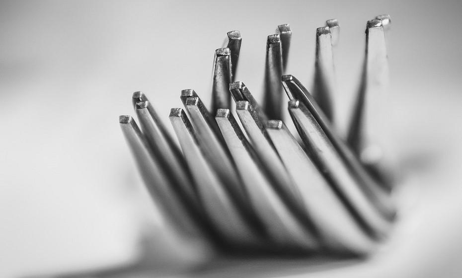 Esta limpeza geral é a altura ideal para polir os objetos de prata que tem em casa. Para fazê-lo, pode usar pasta de dentes, pois é um produto pouco abrasivo e solúvel em água. Nunca coloque prata dentro da máquina de lavar louça e sempre que não estiver a utilizar os objetos de prata, coloque-os dentro dos seus sacos de pano.