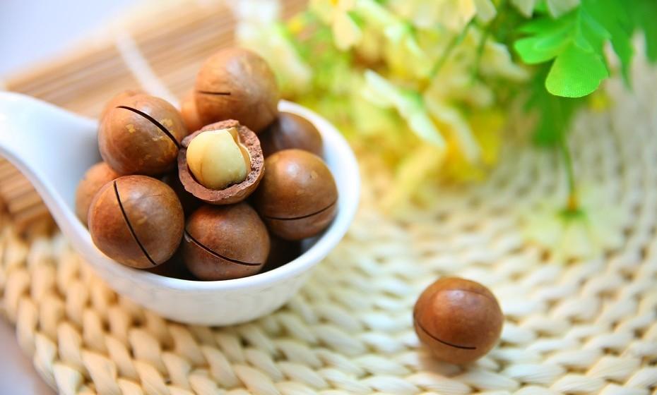 Os frutos secos (nozes, amêndoas, pistácios) são ricos em triptofano, magnésio, gorduras ómega-3 e ómega-6. São uma boa opção para um snack noturno, mas atenção à quantidade ingerida, pois são bastante calóricos.