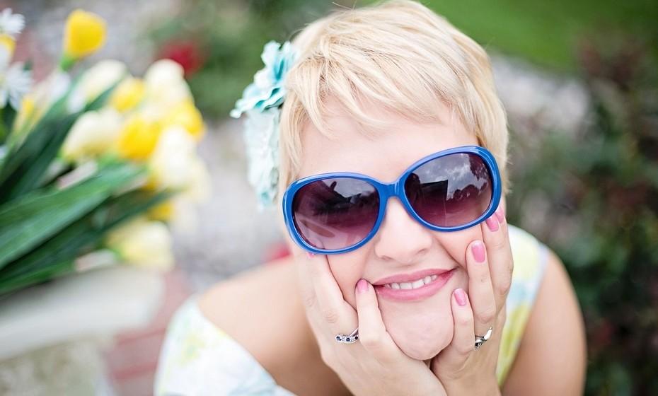 O riso combate as rugas. Ao rir, movimenta 12 músculos faciais e, ao dar gargalhadas, 24. Toda esta movimentação tem a capacidade de retardar o aparecimento de rugas.