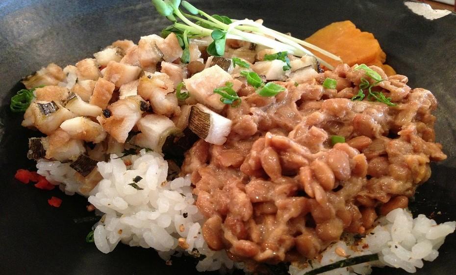 Natto é feito por ebulição e fermentação com bactérias de soja. Uma vez que é feita a partir de feijões de soja, tem imensa proteína, fibras, vitaminas k2 e B2, cálcio e ferro.